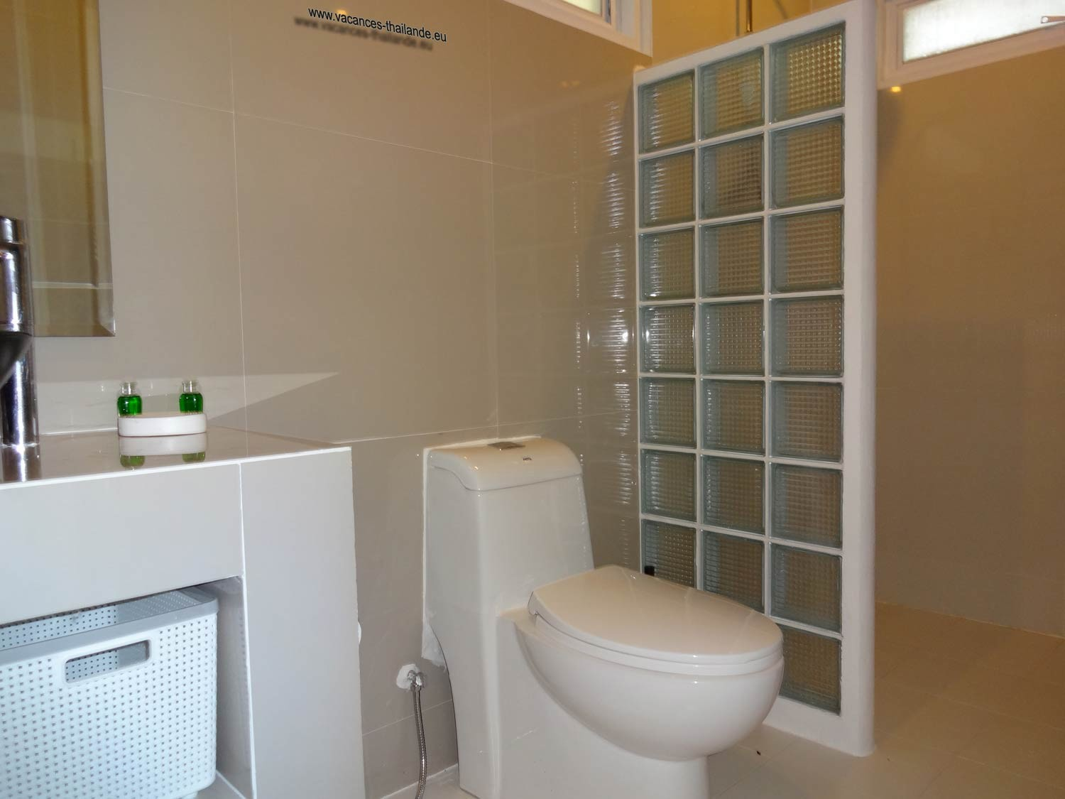 equipment-bathroom-1-white - villa-koh-samui-thailand-1500